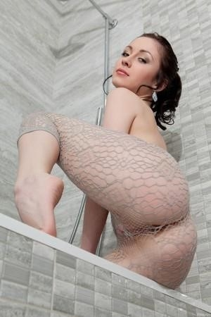 Une brune nommée Night Strip en bodystocking résille et finit par l'enlever - 16 photos